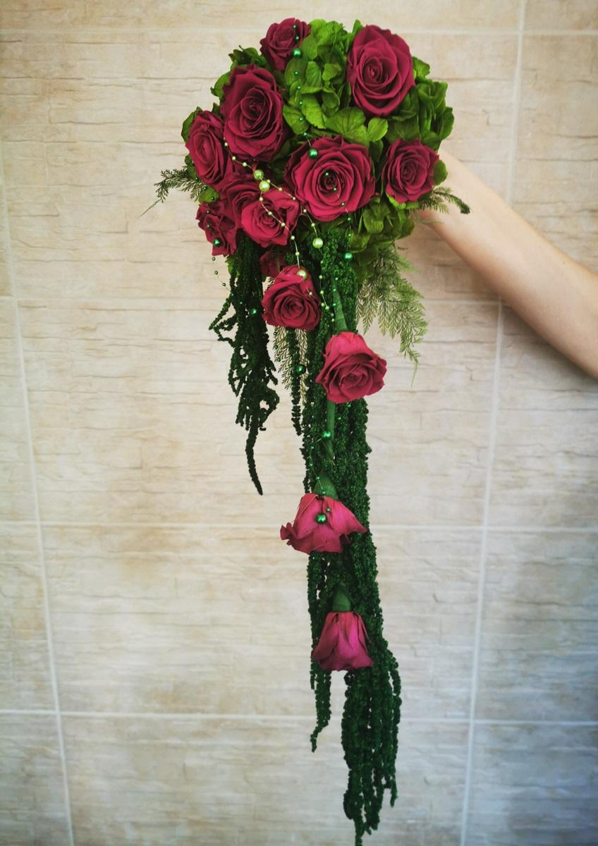 Svadobné kytice a pierka zo živých stabilizovaných kvetov a zelene, ktoré roky nevädnú. Kytice čakajú na svoje nevesty :). - Obrázok č. 19