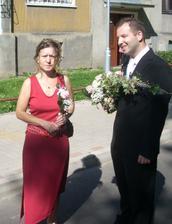 ženich jde s mámou pro nevěstu