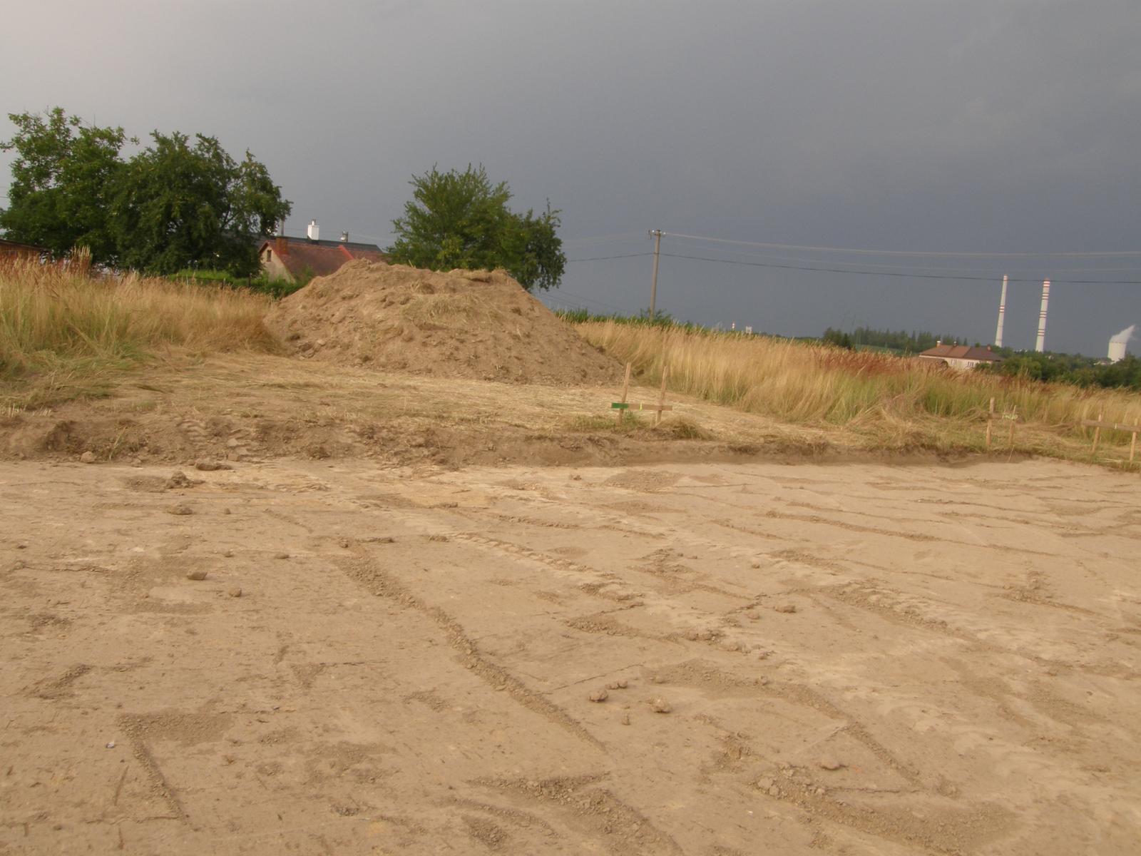 Bungalov 1477 od Euroline - 18.7.2015 Skrývka je za námi a na pozemku před námi další hromada hlíny. No, jestli to takhle bude pokračovat, můžem postavit i sjezdovku