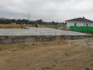 30.8.2015 Beton potřebuje vodu....těsně po zalití jsem si udělal zálibnou fotku. Ta deska je fakt rovná.