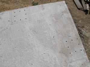 19.10.2015 Kotvení podpěrných železobetonových sloupů. Vyvrtat do desky díry a do nich na chemickou kotvu roxory.