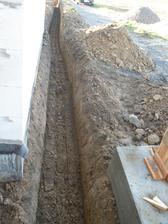 13.11.2015 A potom honem na přípojky. Asi to není úplně správně. I v projektu je to jinak, ale rozhodli jsme se dát do jednoho výkopu (aspoň na opačné strany) vodu i el. kabel. Tuhle odchylku od projektu při kolaudaci těžko zkontrolují. :-)