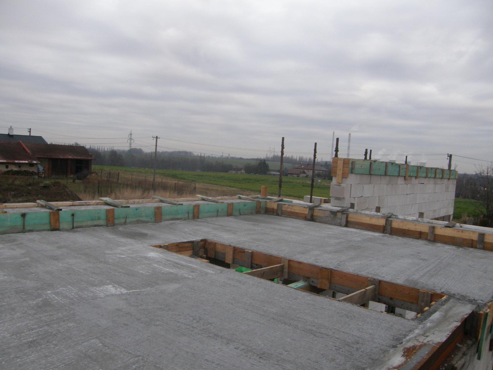Bungalov 1477 od Euroline - 2.12.2015 Počasí přeje, zima víc než mírná a tak je bez problémů zabetonováno - cca 10 kubíků betonu.