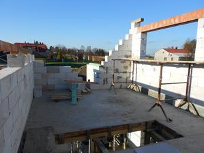 19.12.2015 Nosné zdi vyzděny a začíná vyměřování a příprava krokví na tuto část střechy.