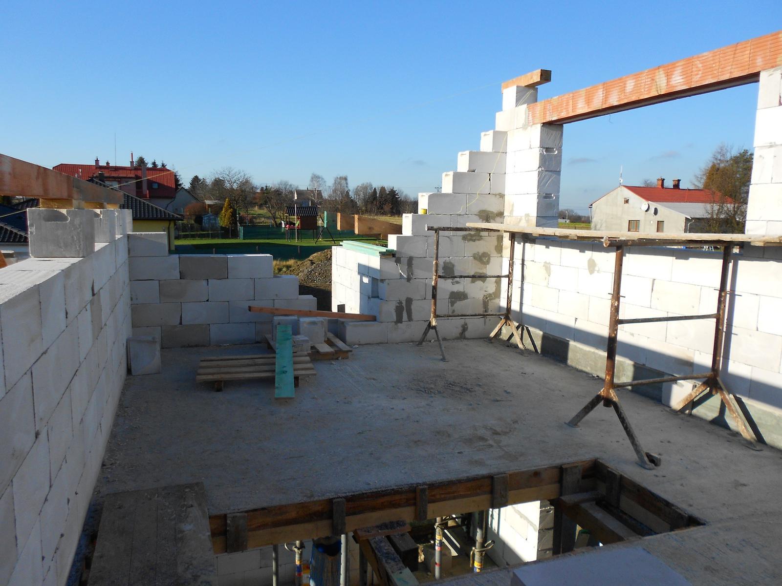 Bungalov 1477 od Euroline - 19.12.2015 Nosné zdi vyzděny a začíná vyměřování a příprava krokví na tuto část střechy.