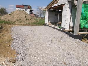 30.4.2016 Bagr dorazil, rozhrnul strusku a připravil plochu před garáží. Bude jí potřeba. Brzy dorazí čerpadlo s betonem a doděláme věnce pod střechu, tak aby se dosáhlo i dozadu.