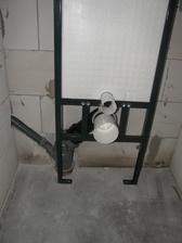 26.8.2016 WC moduly jsou na místě. Vědom si své váhy dal jsem přednost těmto, primárně určeným do sádrokartonu. Holt železo je železo. :-)