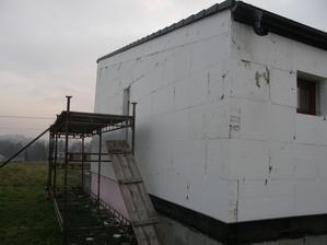 9.11.2016 Polystyrén ukotven a kotvy zazátkovány už na většině plochy. Zbývají už jen dodělávky v patře a na krajích.