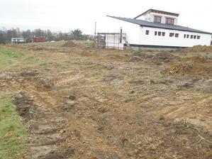 15.11.2016 První role (350 m) je zakopána, na pozemku to vypadá jako po nájezdu stáda divočáků a to druhá role na zakopání ještě čeká.