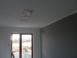27.3.2017 V ložnici si manželka přála jednu stěnu šedou. No, co bych pro ní neudělal. Současně jsem vyřezal montážní otvor na osvětlení LED panelem.