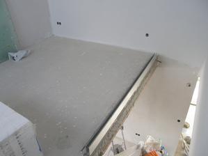 9.4.2017 Na gelerii v patře se dnes usadil i hliníkový profil, který bude držet zábradlí.