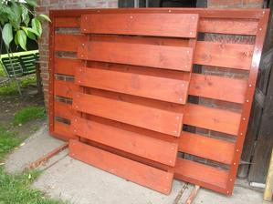 Tak nějak mezitím jsem začal chystat plot. Kdyby jste to nemohli poznat, tak je to branka a jedno křídlo vrat.
