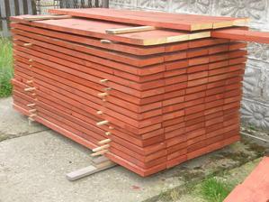 A tohle je dřevo na výplň plotových dílů.