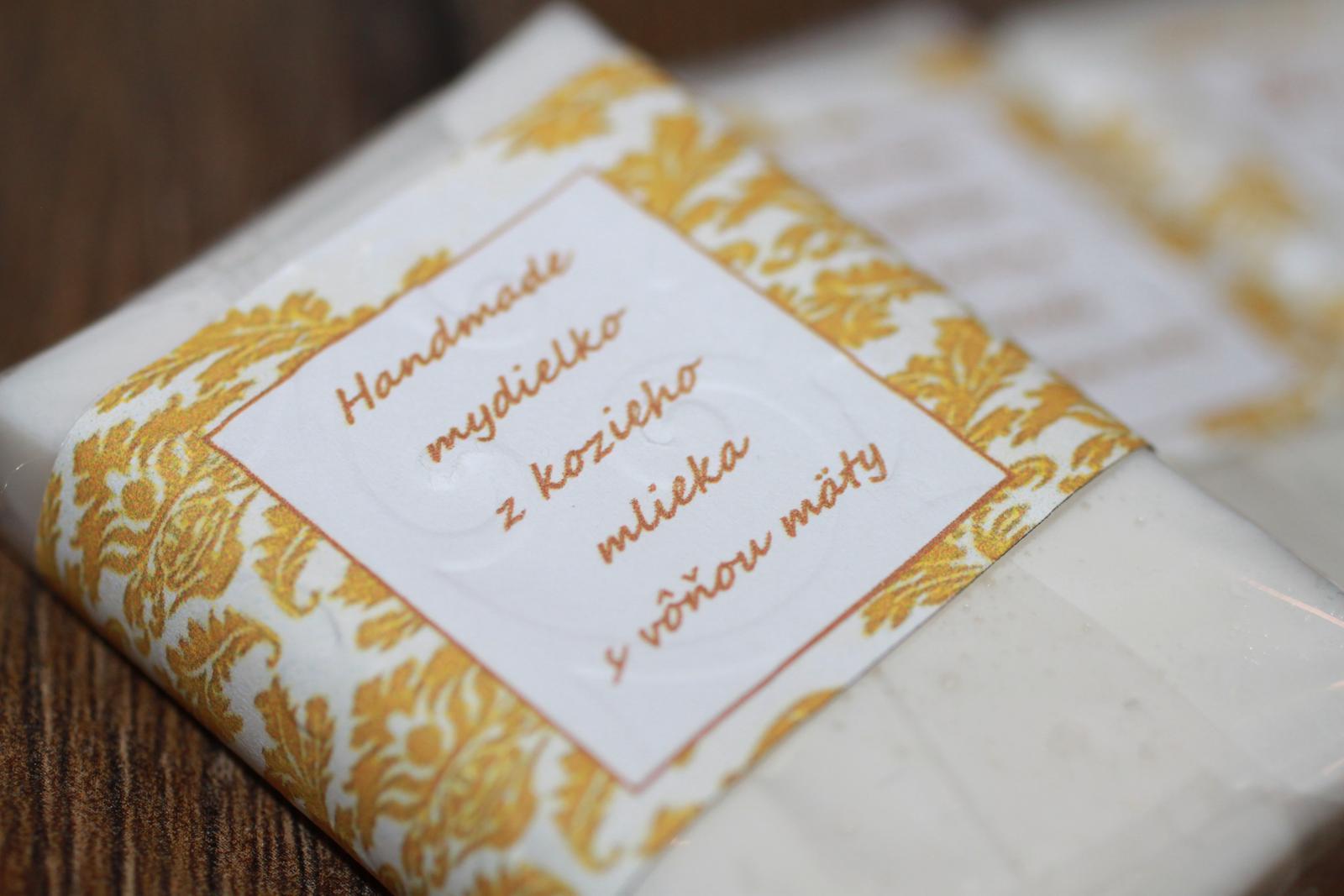 Naše prvé svadobné návrhy a prípravy - Dozadu sme dali info o mydielku, aby neprišlo k omylu a náhodou to nepovažovali za bielu mätovú čokoládku :)