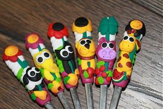 Niečo podobné pre deti... lyžičky s menami a zvieratkom ako menovka a darček v jednom...