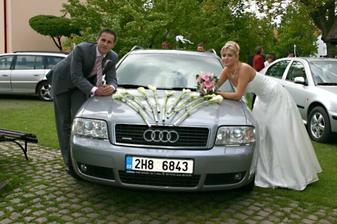 My dva a krásně nazdobené auto.
