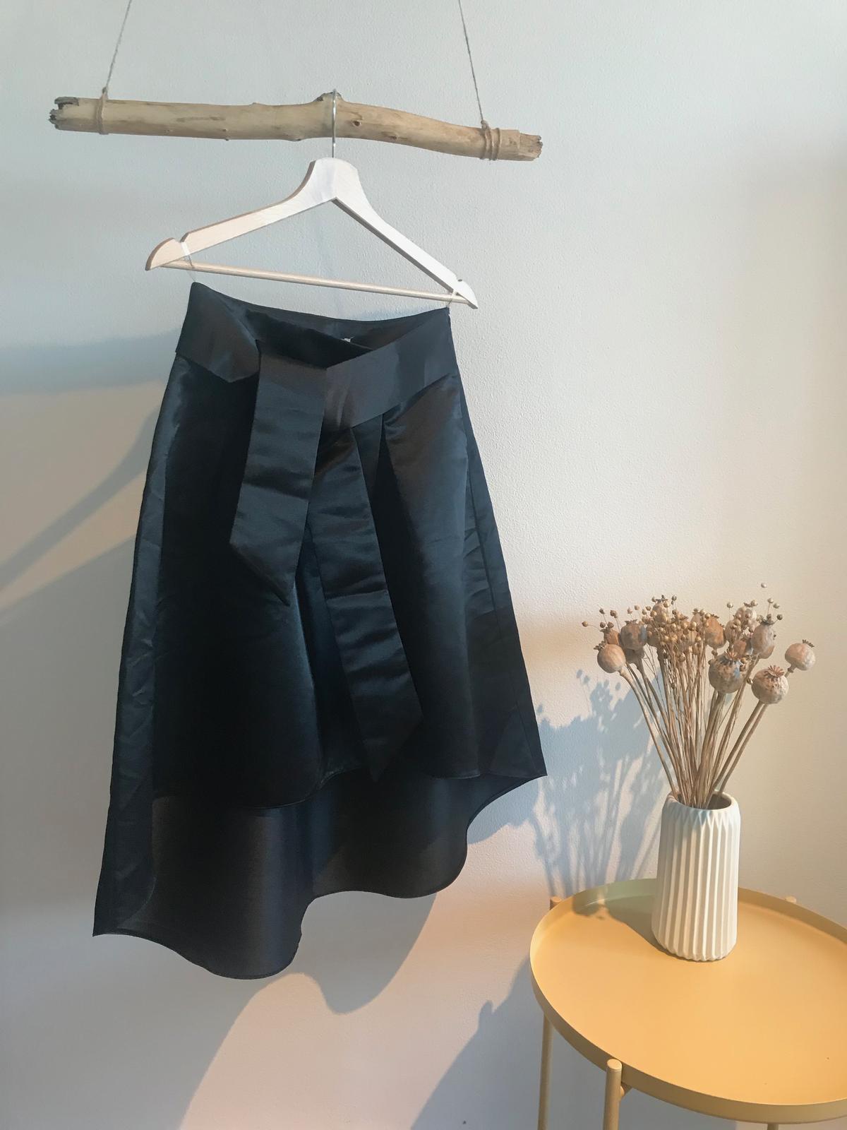 Čierna saténová sukňa z hrubého saténu - Obrázek č. 1