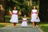 Šaty pro družičky, dcery na fotu 1, 8 a 9 let,