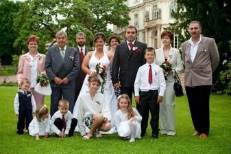 rodiče, svědci a drůžičky s mládenci