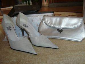 Topánočky k šatičkám na prezlečenie a kabelka.