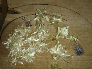Naše mašličky krémovo-zlaté.. ako celá výzdoba svadby.. musia byť aj zlaté zicherky :-))