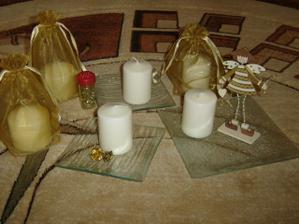 krémové sviečky, tanieriky a iný dekor na svadbu