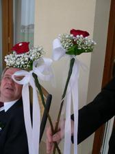 kytky pro svědkyni a maminky jen růže budou ve smetanové barvě a mašle také