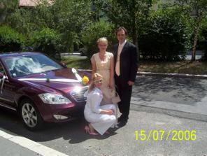 Moje svědkyně s bratrem před odjezdem do kostela