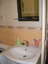 umývadlo a zrkadlo