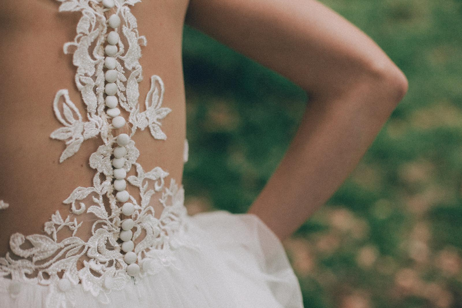 Svadobné šaty s vlečkou na gombíky - Obrázok č. 2