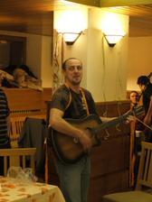 moje zlatíčko, jak jinak...s kytarou