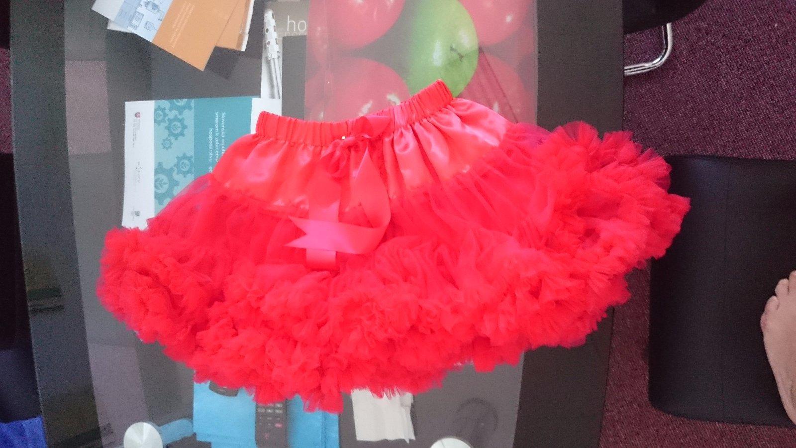 Nenosená červená suknička pre malú parádnicu - Obrázok č. 1