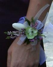 paní květinářka byla moc šikovná, tohle vyrobila svědkyni- náramek ze stejného kvítí jako jsem měla já