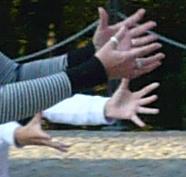 ...a tyhle chtivé ruce ji chtěly ulovit