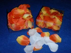 naše plátky růží na stůl