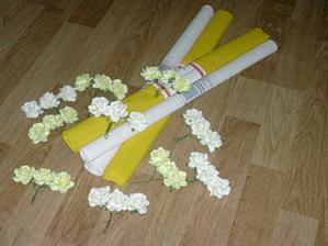 krepový papír a růžičky na výzdobu