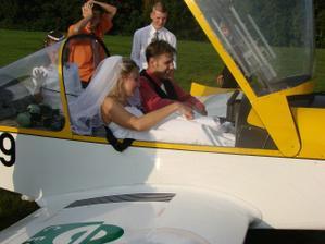 Manžel se pokoušel pilotovat - asi mu došlo k čemu se upsal:-)