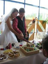 Společnou rukou krájíme dortík