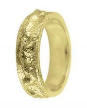 ...nakonec také na zakázku si necháváme dle předlohy vyrobit snubní prsteny...Povrch mi připomíná horninu, pískovec...