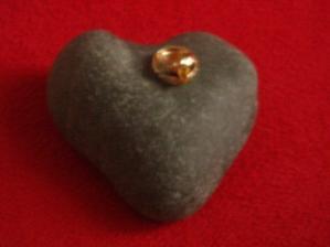 ...kámen ve tvaru srdce, který jsem použili na podklad našeho oznámení...