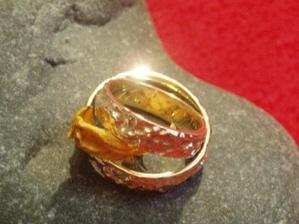 ...naše snubní prstýnky... Teda můj prstýnek a Milanův prsten. Musela jsem použít okvětní lístek růže, ať můj prstýnek nepropadne jeho prstenem :)  No jo můj silný horolezec