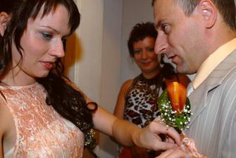 ...ozdobit mého snoubence...připevnit korsáž...