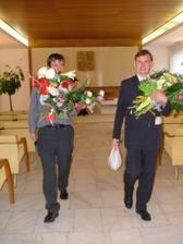 ...naši svědci s květinami a finančními dárky...