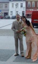...už vysmátí novomanželé po obřadu...