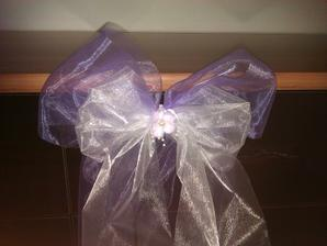 Detail fialovo-bílé mašle s fialovou květinkou