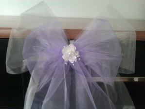 Detail bílo-fialové mašle s bílou květinkou
