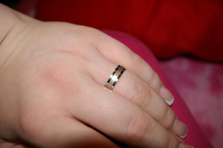Je doma - Na té fotce vypadá ten prstýnek trochu do žlutého zlata, ale jsou pouze z bílého