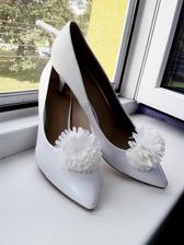 Svatební botky s bambulkou  :) (jsem ráda, že jsem vůbec boty sehnala - v mé velikosti - 42)