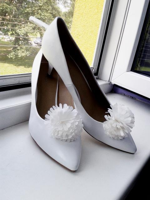 Botky - Svatební botky s bambulkou  :) (jsem ráda, že jsem vůbec boty sehnala - v mé velikosti - 42)