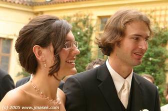 nevěsta předána snoubenci (no táta mě sice moc nechtěl pustit, ale nakonec se to podařilo :-)